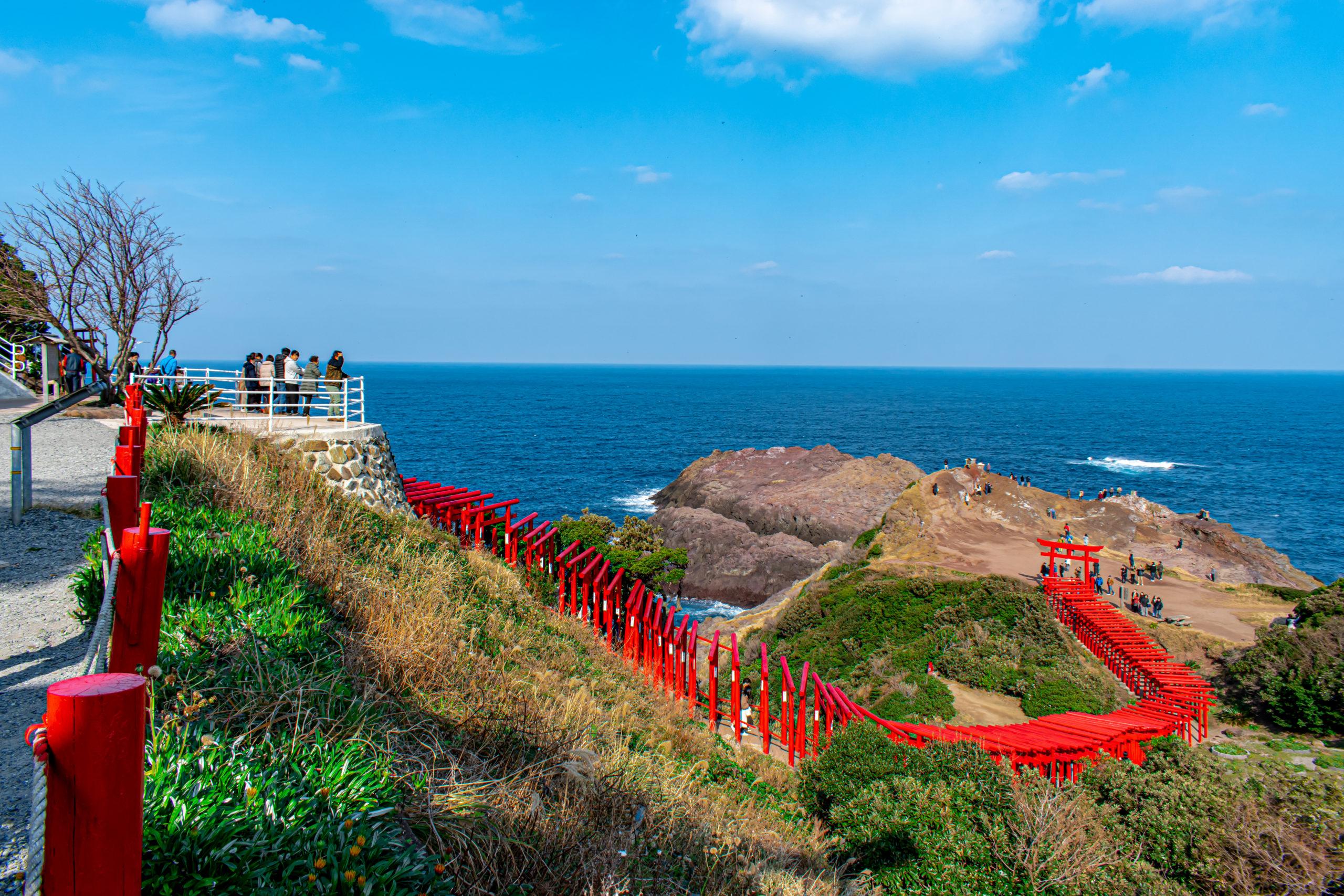 海へと繋がる絶景!山口県の元乃隅稲成神社への行き方