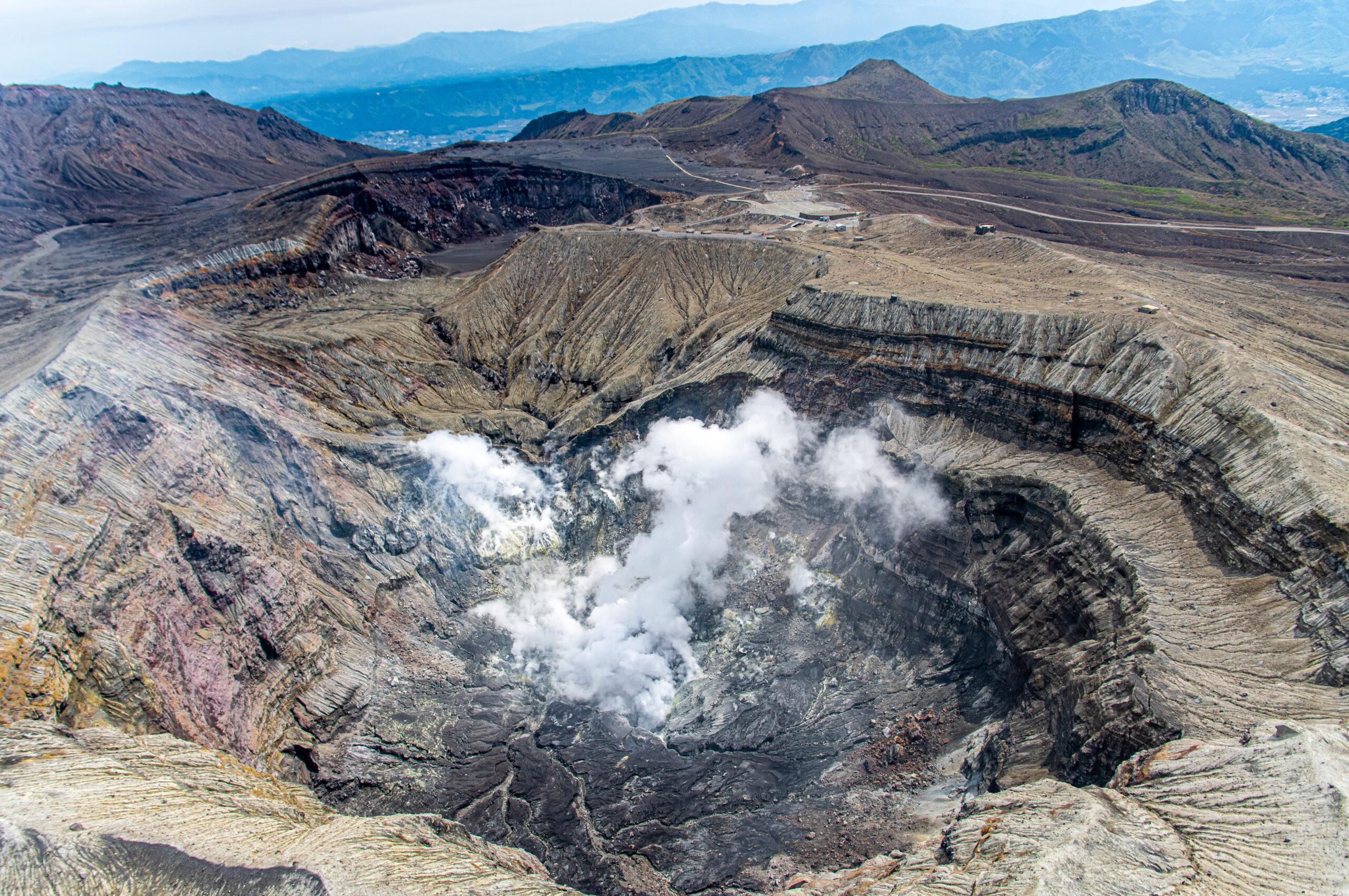 日本でも数少ない観光できる火山スポット。熊本県の阿蘇山への行き方
